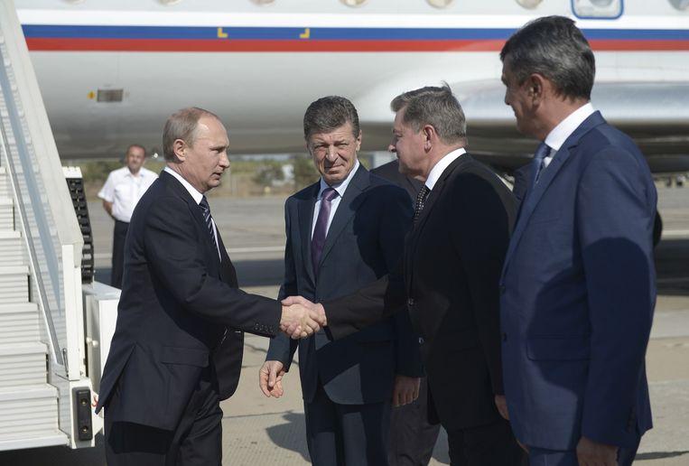 Poetin schudt handen van vertegenwoordigers op de Krim. Beeld reuters