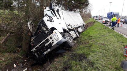 Chauffeur stapt slechts lichtgewond uit verhakkelde truck