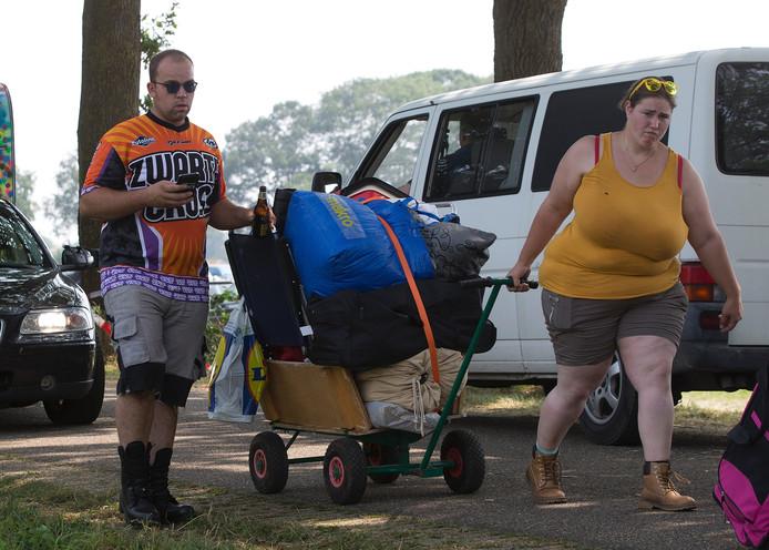 Niet alleen per auto, maar ook te voet komen campinggasten van de Zwarte Cross aan in Lichtenvoorde