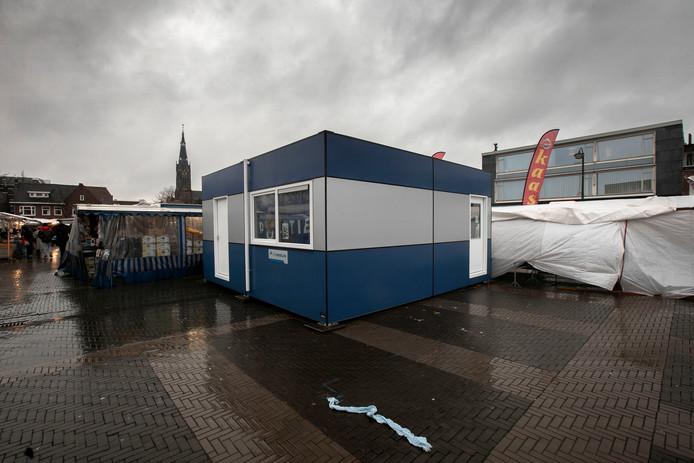 Twee weken lang is het tijdelijke politiebureau geopend op de Woenselse Markt.