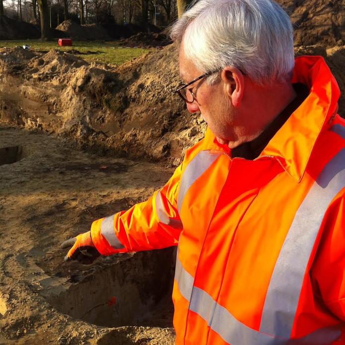 Wim Lindemans toont waar een paal in de grond heeft gestaan.
