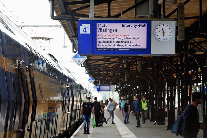 Er gaat straks een extra intercity rijden, die alleen Vlissingen, Middelburg, Goes, Bergen op Zoom en Roosendaal aandoet. Nu rijdt die intercity slechts twee keer in de ochtend en twee keer in het vroeg van de avond. Vanaf december 2021 wordt dat een uursdienst.