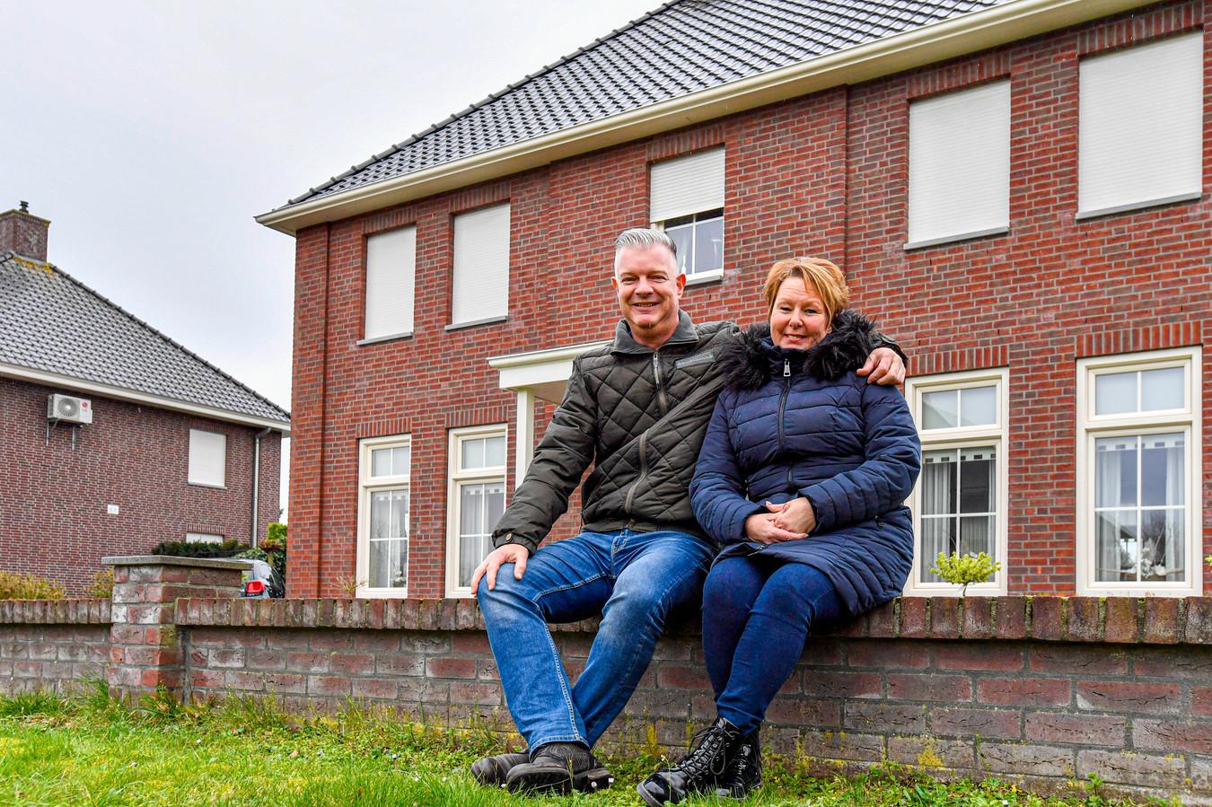 John en zijn vrouw Jolanda Linders voor hun huis aan de Korona in Sint Willebrord.