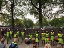 Cheque Nijverdalse basisschool voor Oegandese kinderen