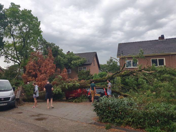 Stormschade aan de Directeur Trompstraat in Ewijk.