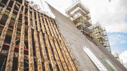 """Wankele schoorsteen van stadhuis die weggehaald werd, wordt teruggeplaatst. """"Bijna 2 miljoen euro kosten, maar we kunnen niet anders"""""""