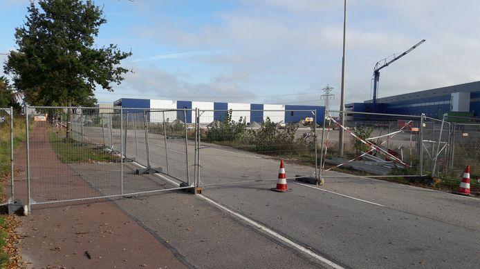 De Gastelseweg is ter hoogte van de Lidl nog steeds afgesloten. De ontsluitingsweg kan nog  niet worden aangelegd.