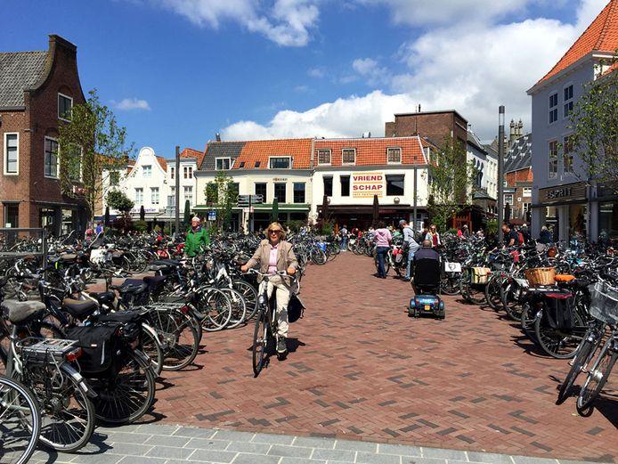 Plein 1940 in Middelburg moet de komende maanden ruimte gaan bieden voor terrassen van horecazaken rond het plein. Fietsen kunnen er dan niet staan en daarvoor wordt ruimte gezocht in de Zusterstraat die op het plein uitkomt.