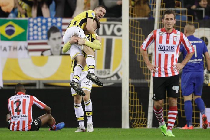 Arnold Kruiswijk wordt bejubeld door Ricky van Wolfswinkel na zijn goal voor tegen Sparta.