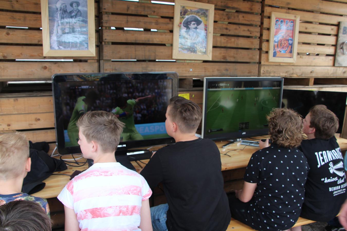 Gamen in groepsverband met FIFA op festival Pigpop.