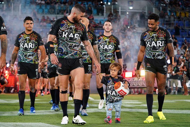 De Australische Quaden (9) heeft dwerggroei en wordt gepest. Kort nadat zijn moeder een filmpje van haar huilende zoontje online plaatste, kreeg hij een ererol in een Australische rugbywedstrijd toebedeeld. Beeld EPA