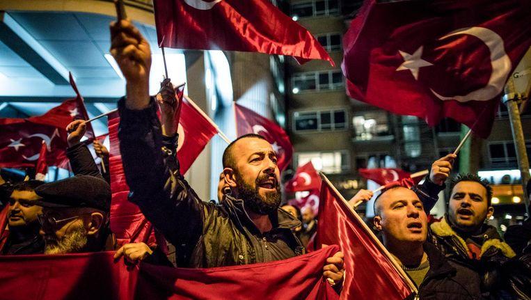 Demonstranten voor het Turkse consulaat in Rotterdam, 11 maart. Beeld Freek van den Bergh / de Volkskrant