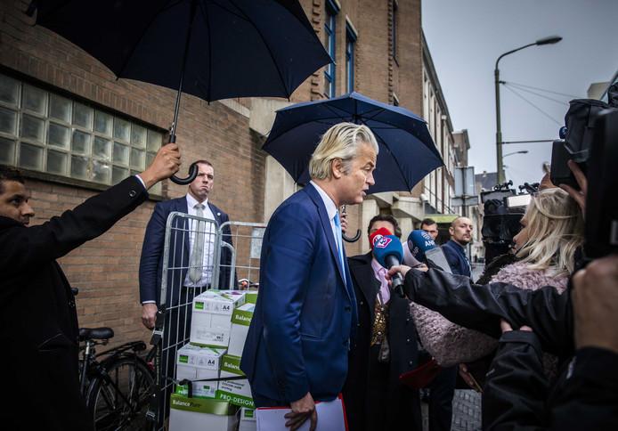 PVV-leider Geert Wilders voor het politiebureau in Den Haag