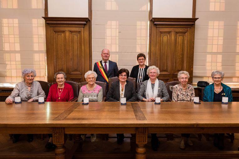 De zeven vrouwen van VVKA met hun medaille.