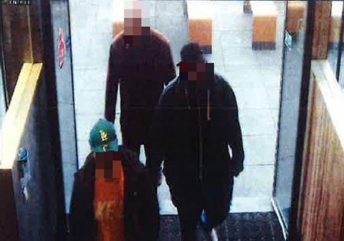 Kort voor de viervoudige moord in Enschede worden de vier verdachten gezien bij McDonalds, blijkt uit het politiedossier.