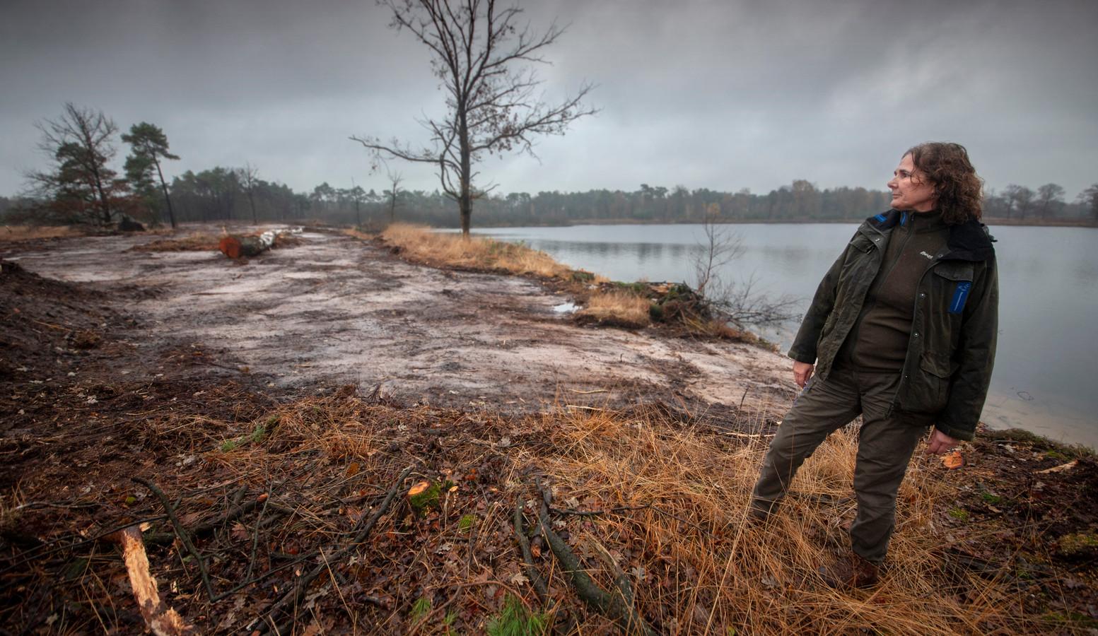 Boswachter Irma de Potter van Natuurmonumenten bij het Belversven in Oisterwijk
