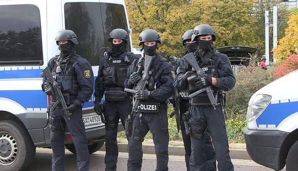 Zwaar bewapende agenten  bewaken de zone in de nabijheid van de synagoge in Halle.