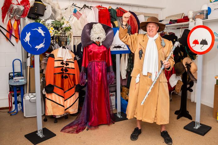 Producent Piet Blonk van 'Theater voor Iedereen' uit Moordrecht poseert tussen de kostuums en rekwisieten van het nieuwe theaterstuk.