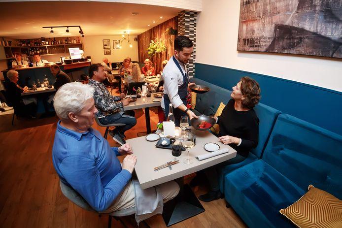 Zevenbergen - 14-10-2020 - Foto: Pix4Profs/Marcel Otterspeer - Vanaf 22.00 moeten de horeca de deuren sluiten voor ten minste 4 weken. Nog 1 avond volle bak bij restaurant Zeste.