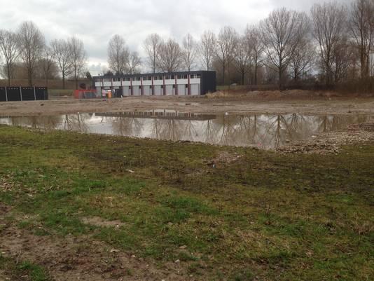 Braakliggende grond van het voormalige zwembad IJsselvliet aan de Leemansweg in een uithoek van bedrijventerrein Het Broek in Arnhem.