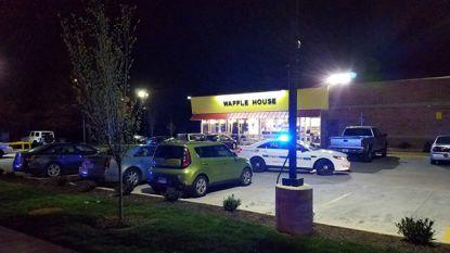 Naakte schutter opent vuur in Amerikaans restaurant: vier doden, politie houdt klopjacht op dader