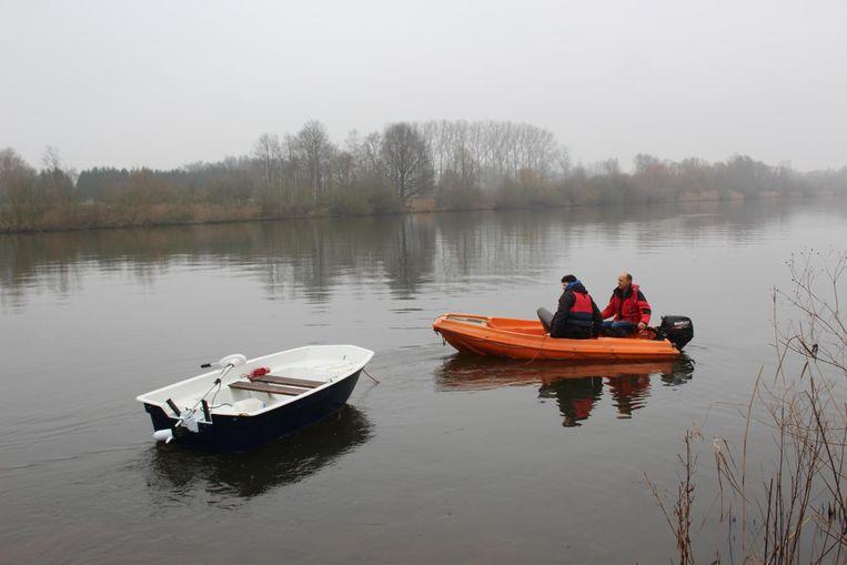 Het gloednieuwe, witte bootje werd na het incident naar de kant gesleept.