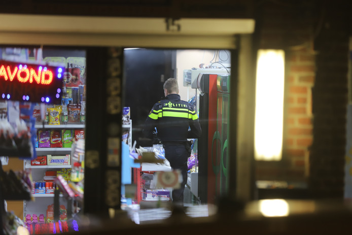 Overval op avondwinkel Oostpoort aan de Oostsingel in Delft. Politie doet onderzoek.