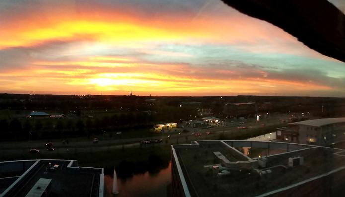 Prachtige zonsondergang dinsdagavond boven West-Brabant, vanf het Trivium in Etten-Leur Foto Alfred de Bruin