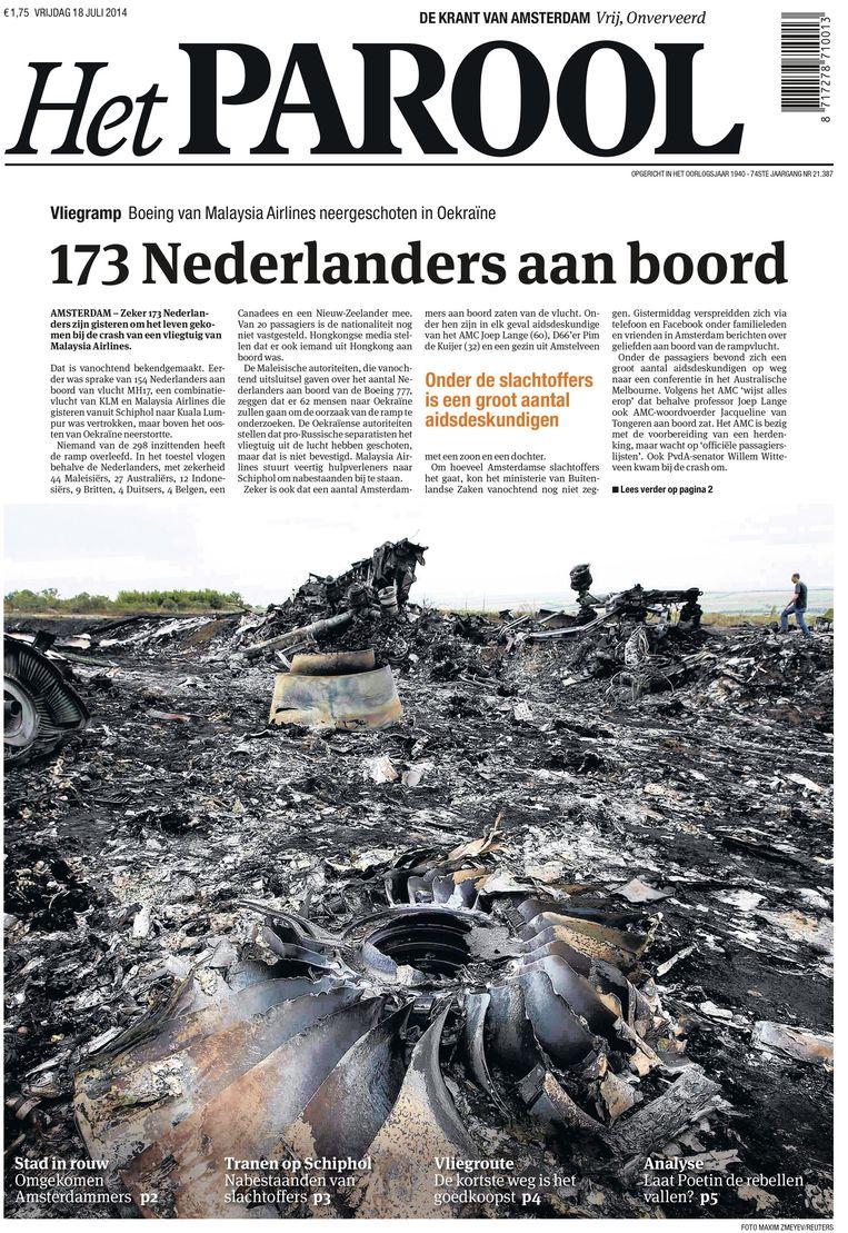 Ook op de eerste verschijningsdag na de ramp met vlucht MH17, op vrijdag 18 juli 2014, koos de redactie voor een paginavullende foto van het rampgebied. Beeld Maarten Steenvoort
