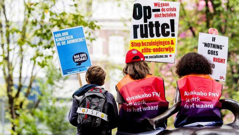 SP-leden demonstreren tegen de bezuinigingen van het kabinet Rutte II. Beeld anp