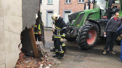 Tractor boort zich in hoek garage