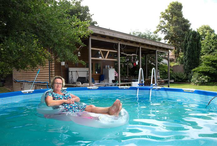 Inge van Wolferen in het zwembad in haar tuin.