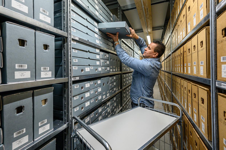 In het depot slaat men documenten van na 1811 op waar geen plek voor is in De Bazel. Beeld Alphons Nieuwenhuis