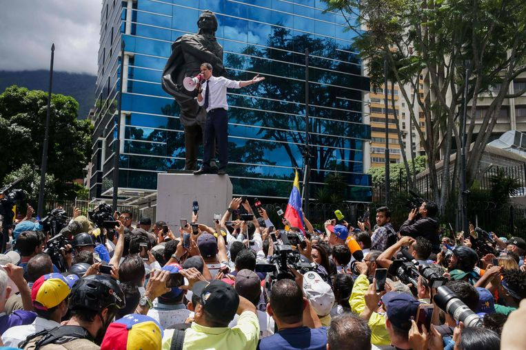 De zelfverklaarde interim-president Juan Guaido leidde een manifestatie tegen de foltering van en de moord op een marineofficier.