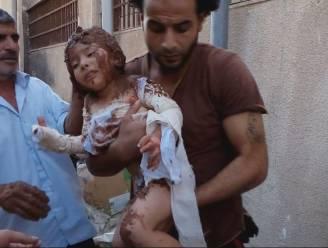 """Harde beelden: rebellen behandelen brandwonden van kindje met modder """"want er is niets anders"""""""