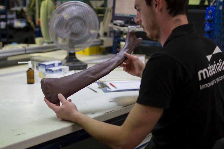 Een ingenieur van Materialise onderzoekt een van de testbeenderen.