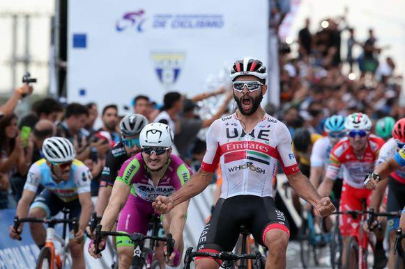 Fernando Gaviria komt als eerste over de finish in de tweede etappe. (27/01/2020)
