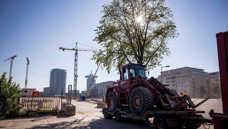 Personeel van aannemer Züblin haalt de bouwplaats van Y-Towers in Noord leeg Beeld Rink Hof