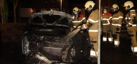 Brandweer kan niet voorkomen dat auto in Vlijmen volledig uitbrandt