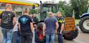 Achterhoekse boeren plakken een lekke band bij een tankstation in Huis ter Heide, Utrecht.