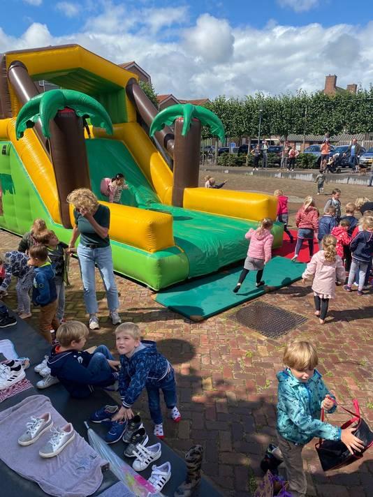 Met springkussens voor de leerlingen werd bij De Poorte en De Stappen de schoolvakantie ingeluid.