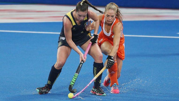 Kitty van Male (oranje) in duel met de Australische Grace Stewart tijdens de Champions Trophy, vorige maand in Londen. Beeld Getty Images