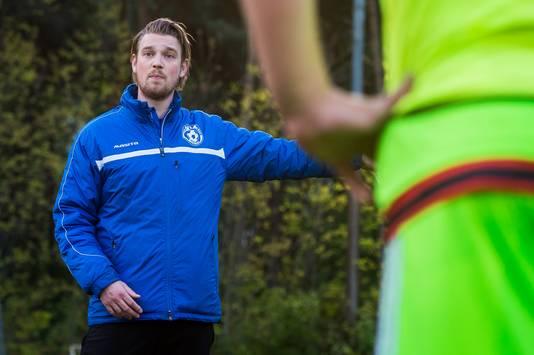 Gloria UC-coach Rens Peters spreekt zijn spelers toe tijdens de training. Foto René Schotanus/Pix4Profs