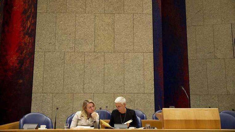 Minister Melanie Schultz van Haegen (L) en staatssecretaris Wilma Mansveld van Infrastructuur en Milieu tijdens een debat in de Tweede Kamer over het rapport ProRail van de Inspectie Leefomgeving en Transport. Beeld anp