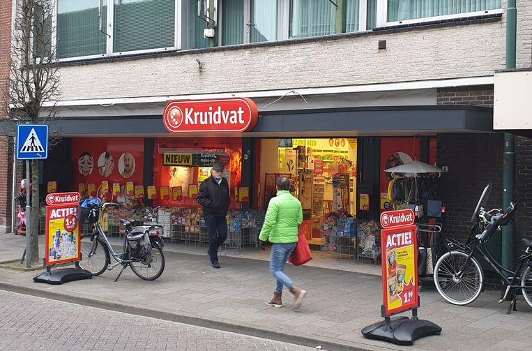 De situatie in Baarle-Hertog/Nassau. Kruidvat is er gewoon open want op Nederlands grondgebied. Aan de overkant moeten winkels gesloten blijven.