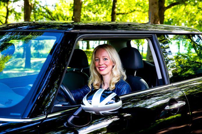 Annelies de Waal-Hakkesteeg in haar Mini Cooper S.