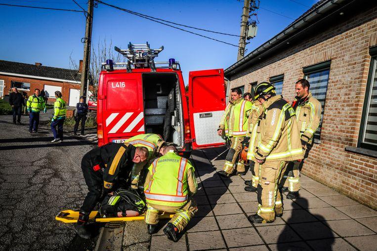 De brandweer verzamelt het materiaal om het lichaam uit het water te halen.
