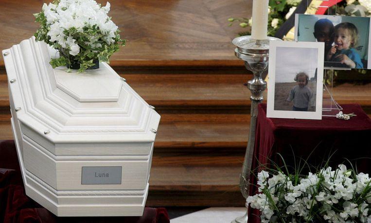 De witte kist van Luna, op de begrafenisplechtigheid.