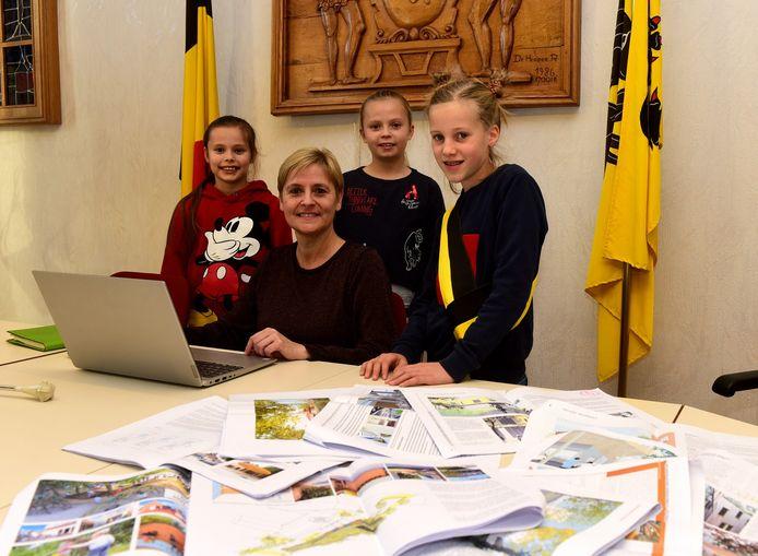 Nieke (rechts)met schepen Dermez en haar twee vriendinnen in het gemeentehuis