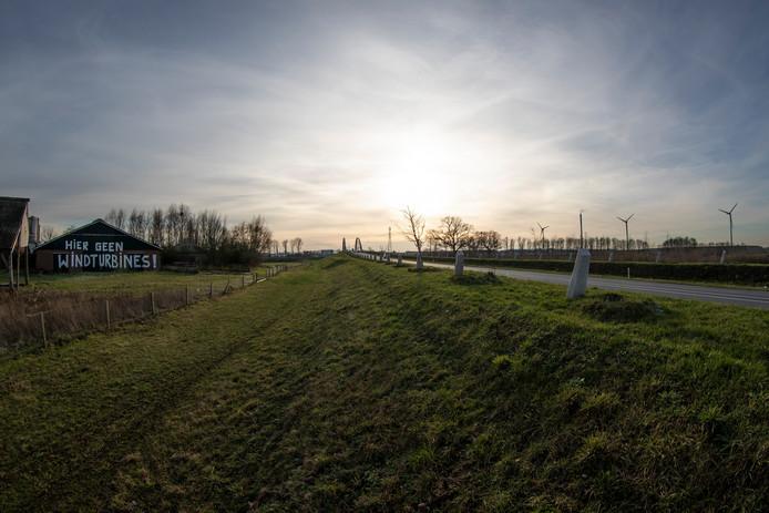 Inwoners van Eefde maken zich zorgen over de uitstoot van het bedrijventerrein en de komst van een zonnepark en nieuwe windmolens. Ondanks GGD onderzoek en protesten tegen zonneparken en windmolens gaan de projecten gewoon door.